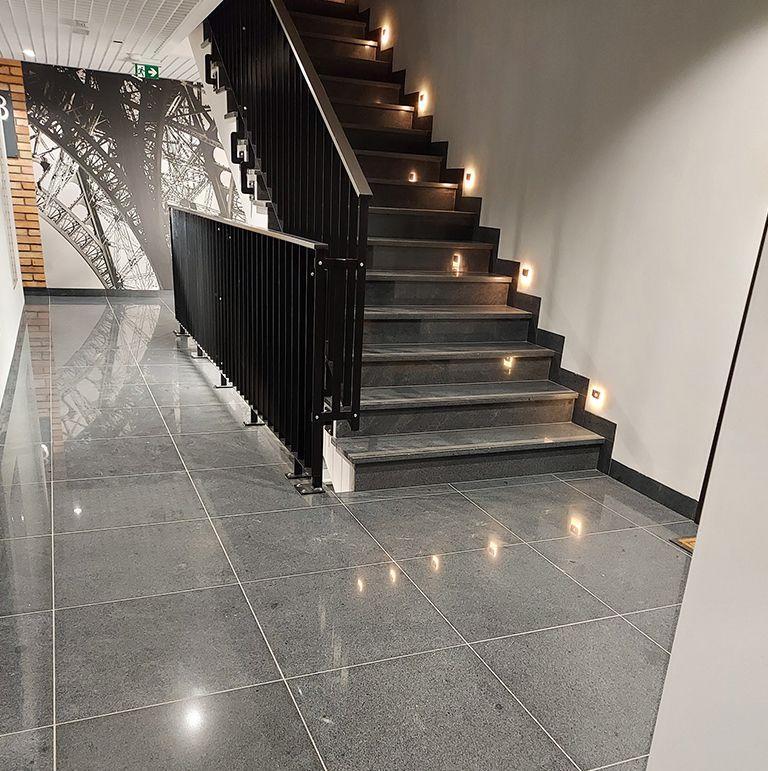 schody i korytarz pokryte kamieniem naturalnym
